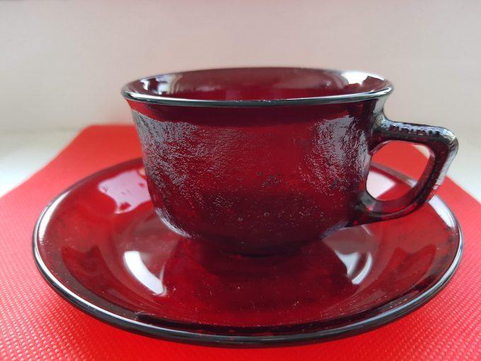 Arcopal France. Arcoroc Siera. Kop en schotel glas rood. Per set van 2 1
