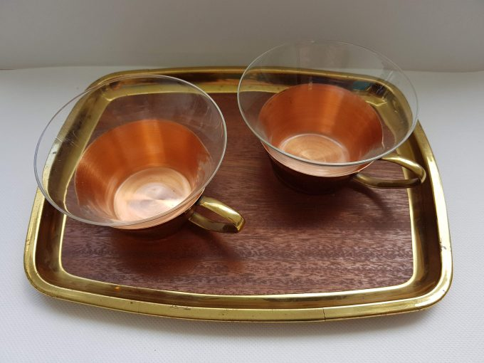 Dienblaadje met 2 theekopjes glas met koperkleur houder 1