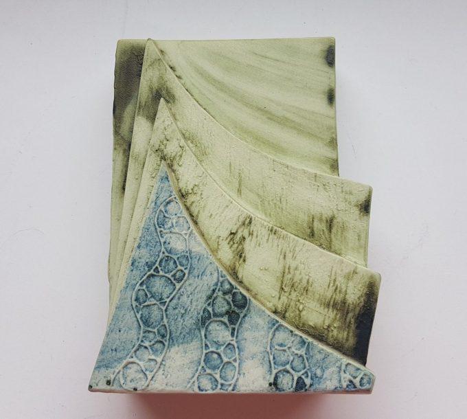 Carn Pottery. Nancledra Penzance Cornwall. Keramiek vierkant vaasje met bloemmotief op achterkant. 1
