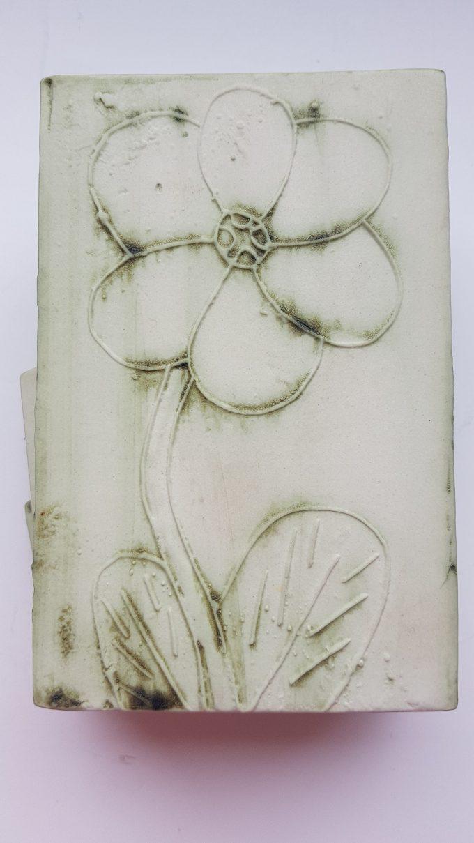 Carn Pottery. Nancledra Penzance Cornwall. Keramiek vierkant vaasje met bloemmotief op achterkant. 3