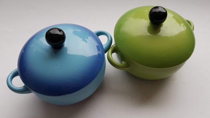 Ovenschaaltjes, suikerpotjes? Zomaar 2 leuke potjes groen en blauw met deksel. Per set van 2 1