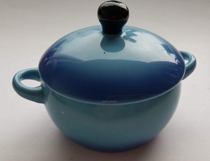 Ovenschaaltjes, suikerpotjes? Zomaar 2 leuke potjes groen en blauw met deksel. Per set van 2 3