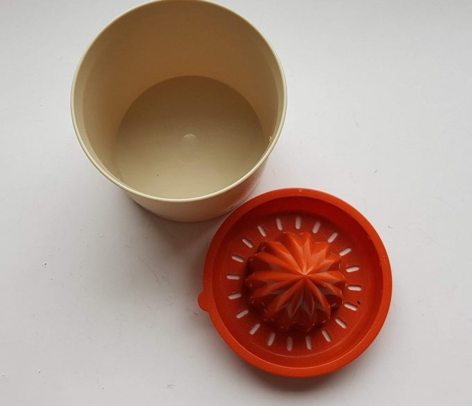 Tupperware. Made in Belgium. Sinasappel /Citrus pers creme oranje. 2