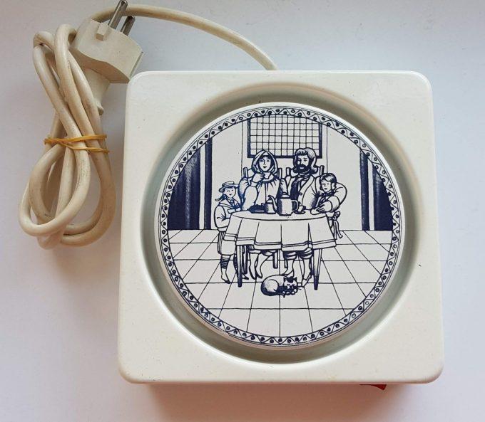 Daalderop Made in Holland. Warmhoudplaatje met nostalgisch keukentafereeltje. 1