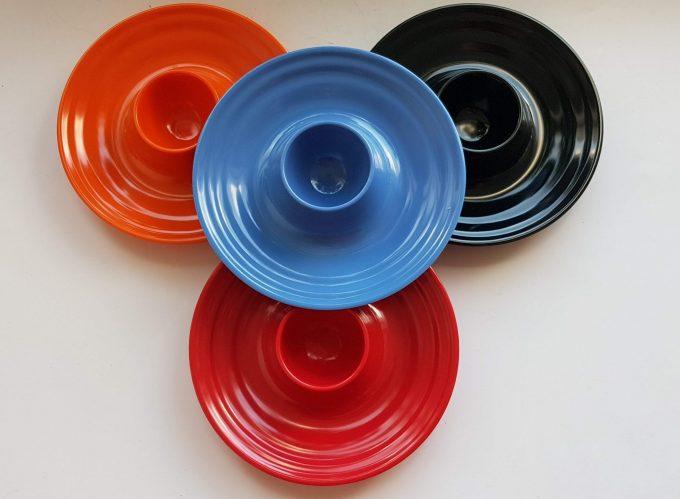 Bodum. 4 eierdopjes rond, cirkelmotief. Per set van 4. In kleuren rood, oranje, zwart en blauw. 1