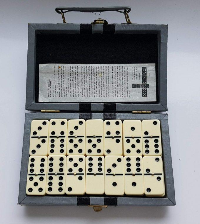 Domino Bordspel. In vintage opbergkoffertje. Spel voor 2 spelers (om overal mee naar toe te nemen!! 1