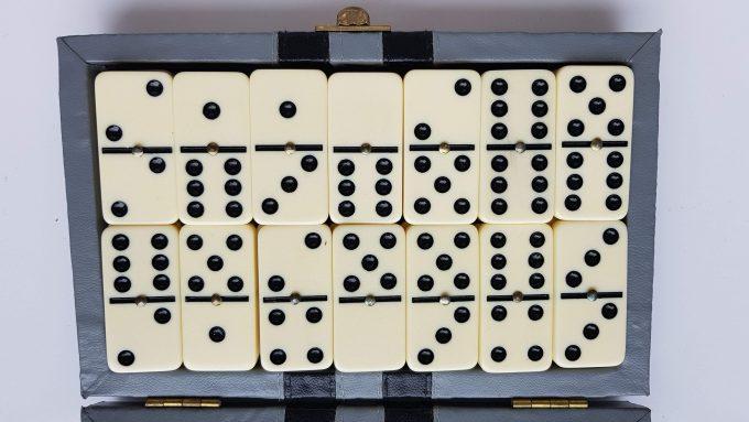 Domino Bordspel. In vintage opbergkoffertje. Spel voor 2 spelers (om overal mee naar toe te nemen!! 2