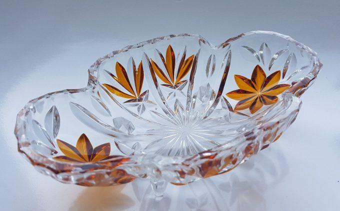 Serveerschaaltje op vierpoot. Geslepen glas met bloemmotief in bruin. 1