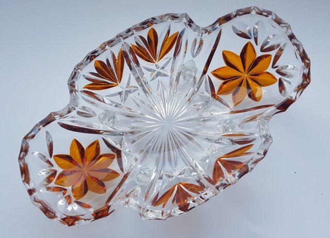 Serveerschaaltje op vierpoot. Geslepen glas met bloemmotief in bruin. 2