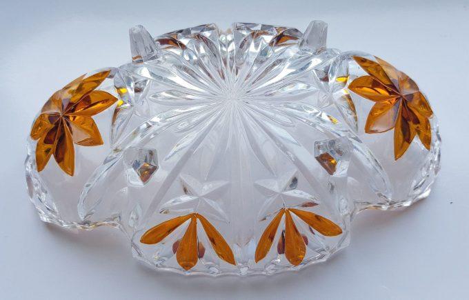 Serveerschaaltje op vierpoot. Geslepen glas met bloemmotief in bruin. 3