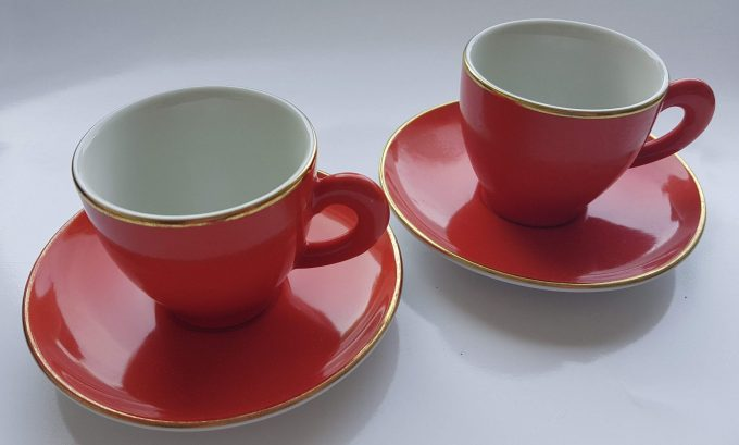 Art+Design Germany. Espresso kop en schotel rood met gouden rand. Per set van 2. 1