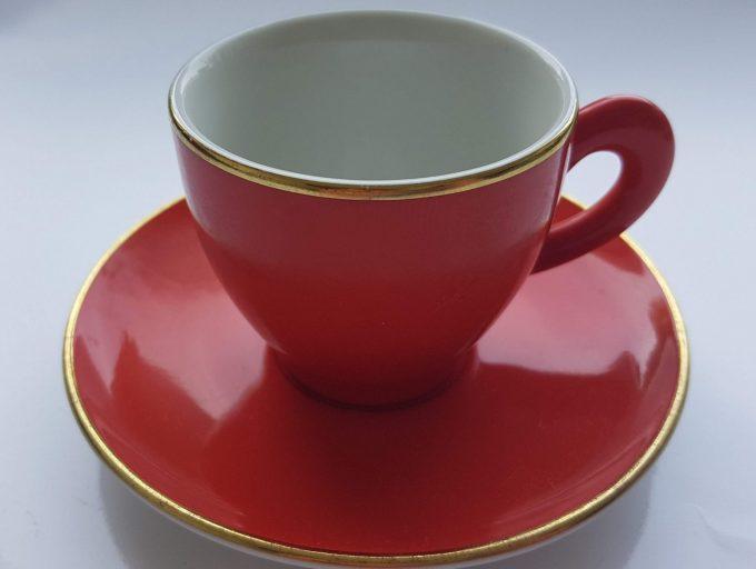 Art+Design Germany. Espresso kop en schotel rood met gouden rand. Per set van 2. 2