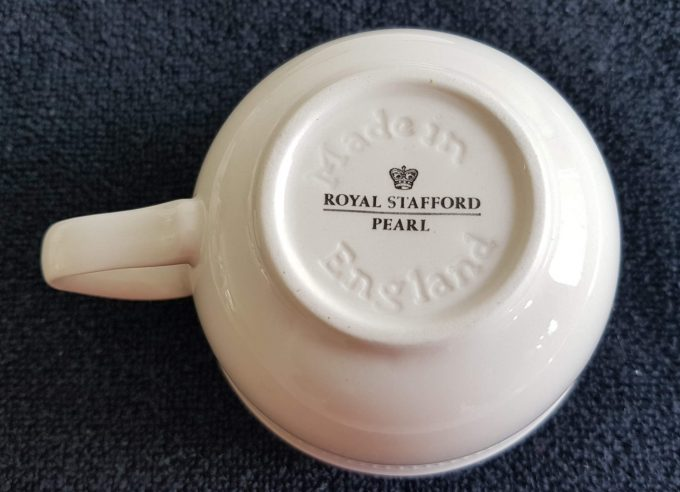 Royal Stafford. Made in England. Serie Pearl. Thee kop en schotel. Gebroken wit. Per stuk. 3