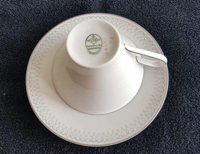 Hutschenreuther Hohenberg 04167. Germany. Thee kop en schotel wit met zilveren rand. Binnenkant versiering. Per stuk 2