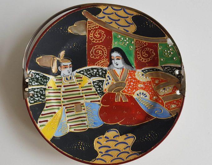 Made in Japan. Bonbonnière met Japans tafereel dame en heeer. Theeceremonie? 2