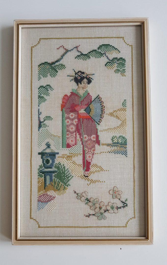 """Dame in Kimono Japans tafereel. Afbeelding """" Dame in kimono met met waaier in landschap"""". Techniek kruissteek. 1"""