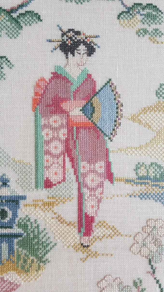 """Dame in Kimono Japans tafereel. Afbeelding """" Dame in kimono met met waaier in landschap"""". Techniek kruissteek. 2"""