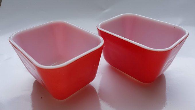 Pyrex red 501. Made in U.S. Ovenschaaltjes rood/wit geperst glas. Per set. 1