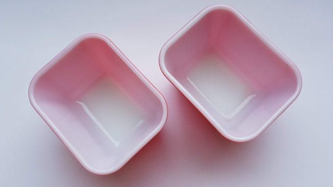 Pyrex red 501. Made in U.S. Ovenschaaltjes rood/wit geperst glas. Per set. 2