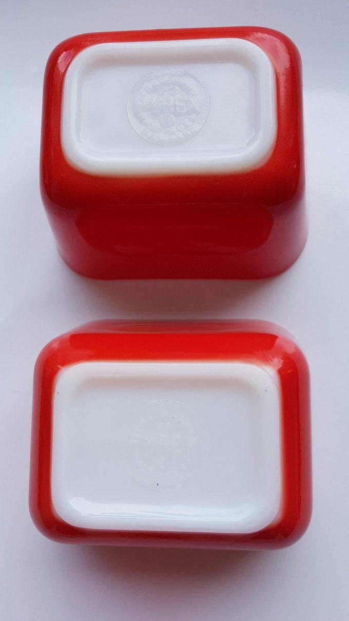 Pyrex red 501. Made in U.S. Ovenschaaltjes rood/wit geperst glas. Per set. 3