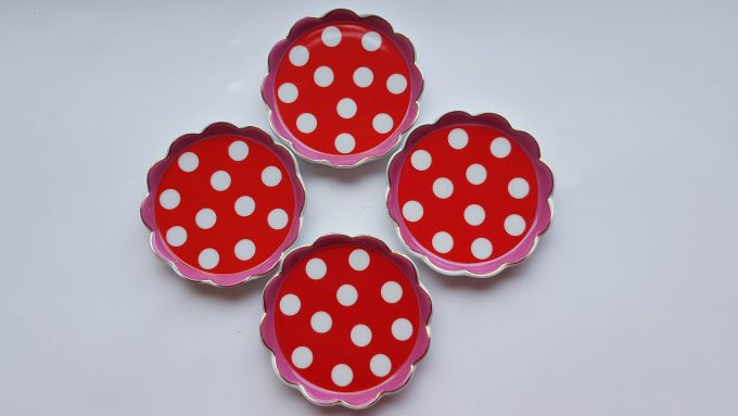 Oilily made for Douwe Egberts. Thee tip rond met polka dot. Rood Roze. Golfrand.  Per stuk. 1