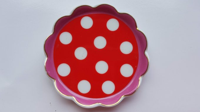 Oilily made for Douwe Egberts. Thee tip rond met polka dot. Rood Roze. Golfrand.  Per stuk. 2