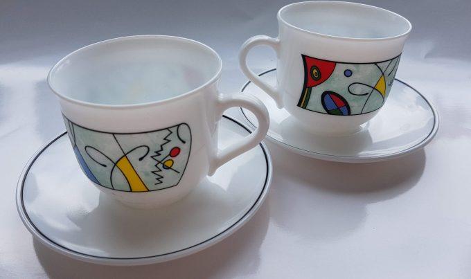 Arcopal France. Koffie kop en schotel.  Wit geperst glas met modern design. Per set. 1