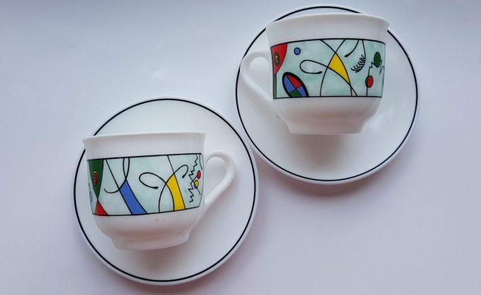 Arcopal France. Koffie kop en schotel.  Wit geperst glas met modern design. Per set. 2