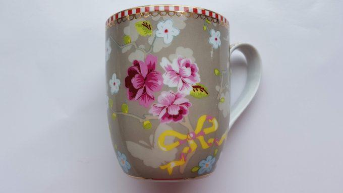 Pip Home. Koffie mok en gebaksbordje. Prachtig bloemen motief. Veel roze. Set. 3