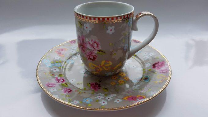 Pip Home. Koffie mok en gebaksbordje. Prachtig bloemen motief. Veel roze. Set. 1