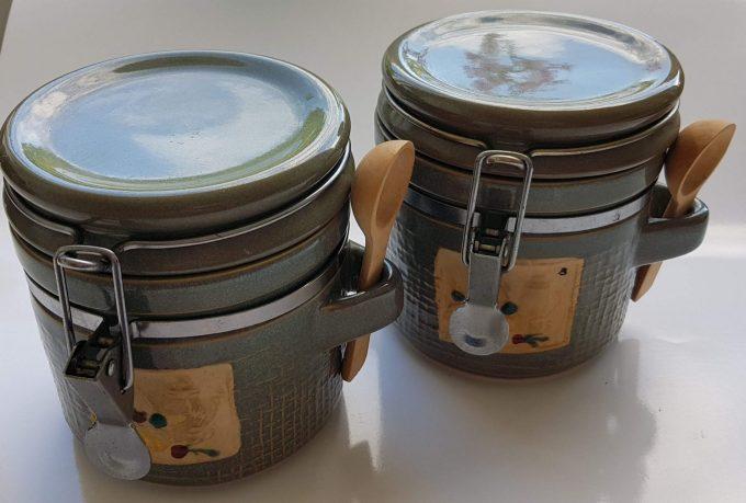 Voorraadpot grijs glazuur. Met houten lepeltje en metalen sluiting. Per set van 2 1