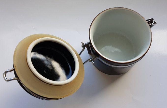 Made in Japan. Voorraadpot zwart wit met metalen sluiting. 2