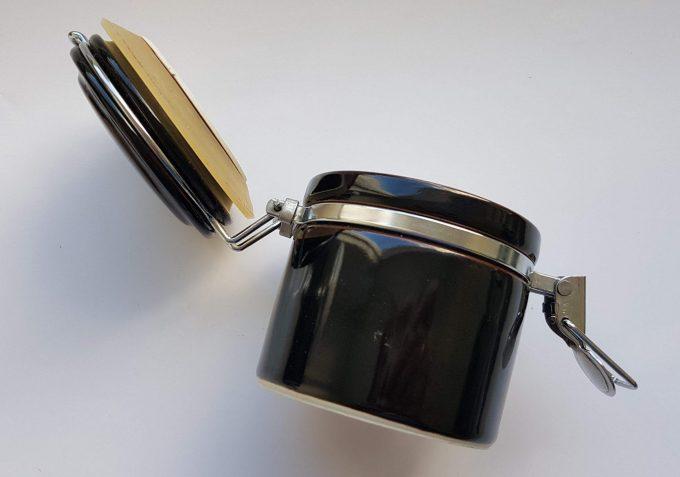 Made in Japan. Voorraadpot zwart wit met metalen sluiting. 3