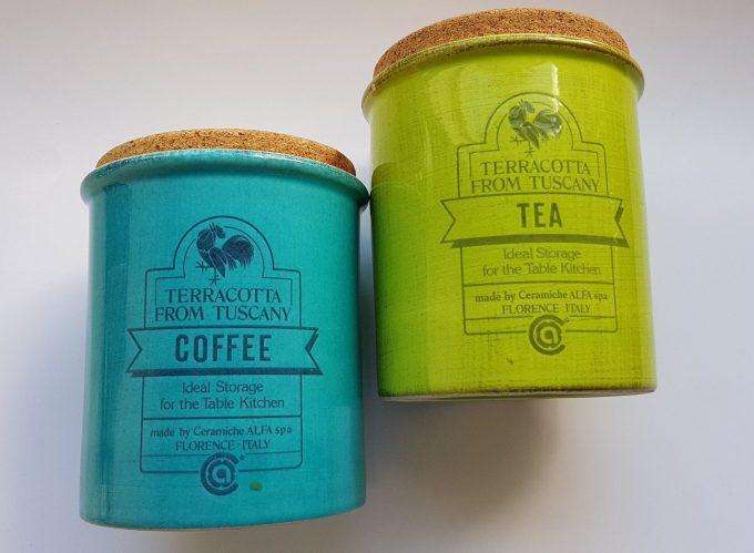 Ceramiche Alfa Italy. Terracotta from Tuscany. Voorraadpotten  Coffee en Tea. 2 kleuren. Aardewerk met kurken deksel. per set van 2. 1