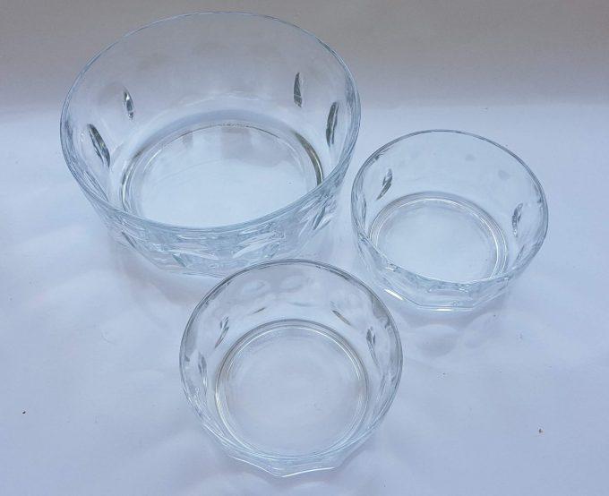Arcoroc France. 1 Schaal met 2 bijbehorende kleine schaaltjes. Transparant glas. Per set van 3 1