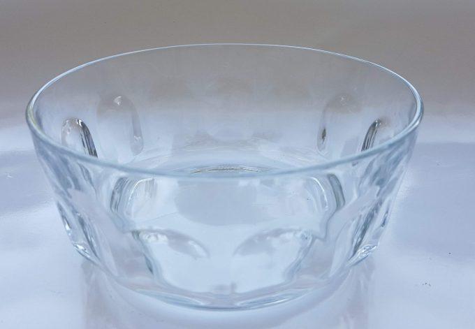 Arcoroc France. 1 Schaal met 2 bijbehorende kleine schaaltjes. Transparant glas. Per set van 3 2