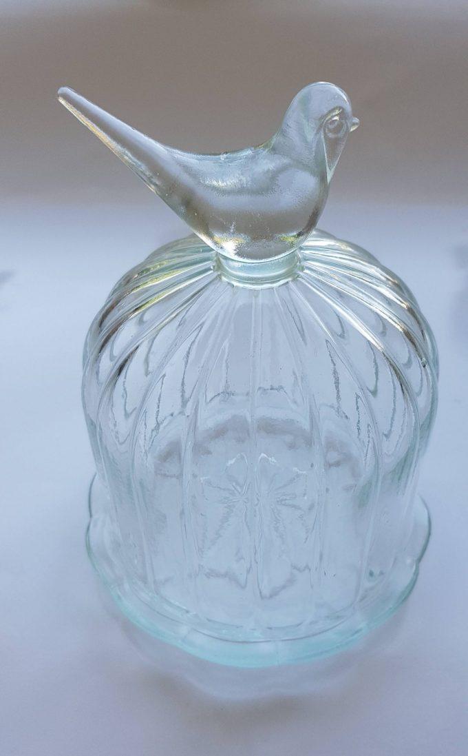 Glazen stolpje met onderbord. Bovenop vogeltje. 1
