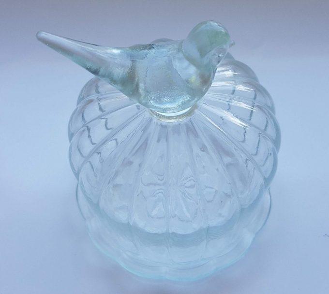 Glazen stolpje met onderbord. Bovenop vogeltje. 2