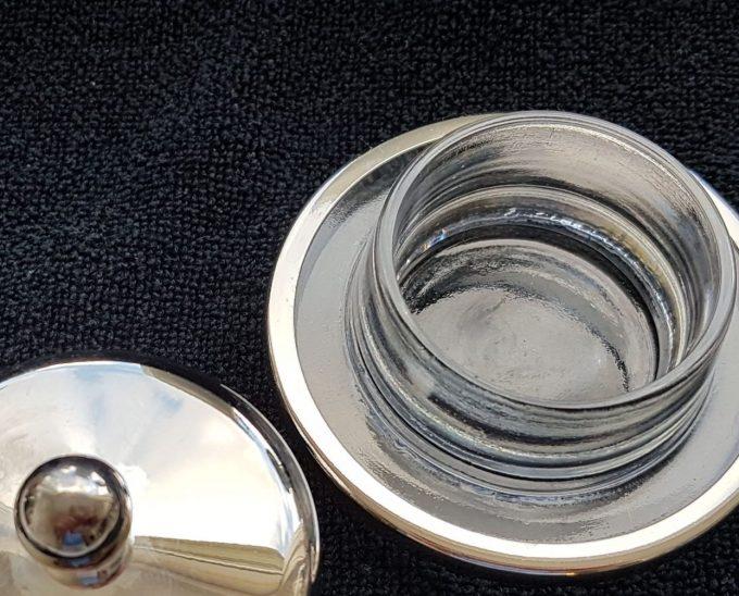 Kruidenboterstolpje.  Glas. Met verzilverde stolp. 2