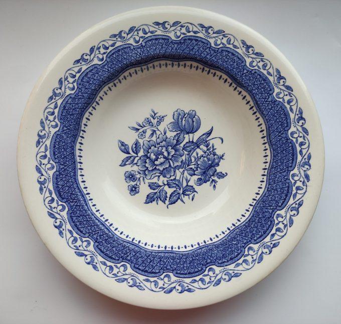 English Ironstone England. Diepe borden met bloemmotief blauw wit. 22.5 cm. . Set van 2. 1