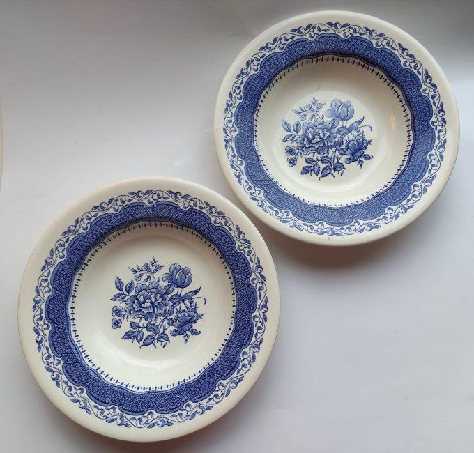 English Ironstone England. Diepe borden met bloemmotief blauw wit. 22.5 cm. . Set van 2. 2