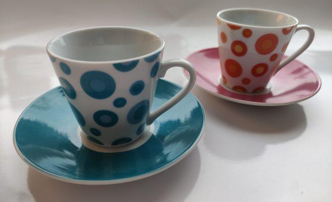 Yves Rocher LBVYR. Espresso kop en schotel blauw, paars,en  wit.  Met polka dots. Per set van 2 1