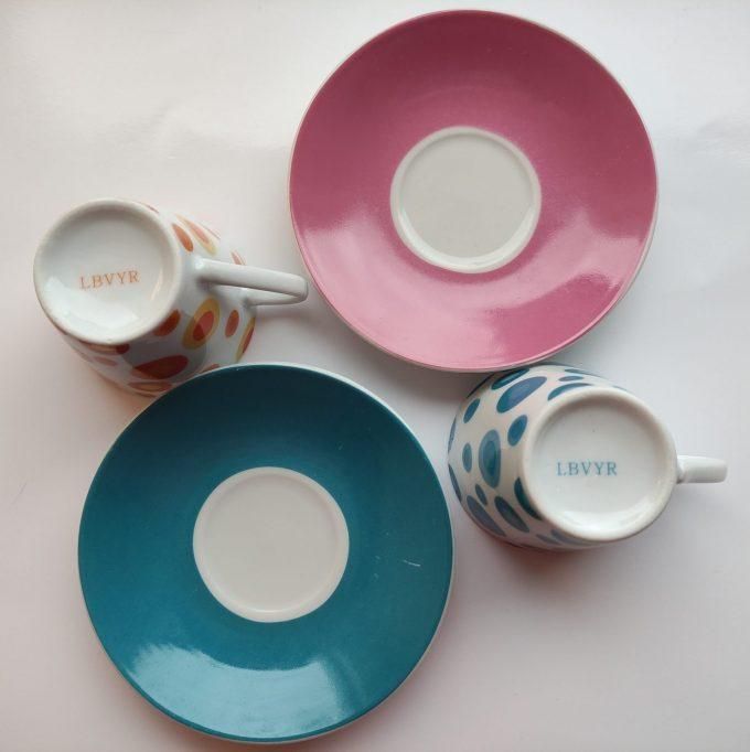 Yves Rocher LBVYR. Espresso kop en schotel blauw, paars,en  wit.  Met polka dots. Per set van 2 2