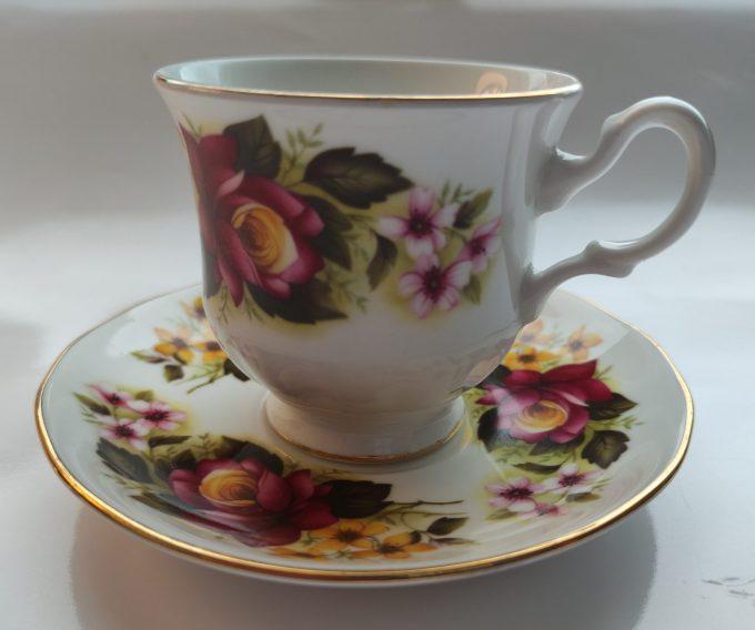 Royal Kent, Bone China. Thee kop en schotel. Prachtig bloemenmotief. 1