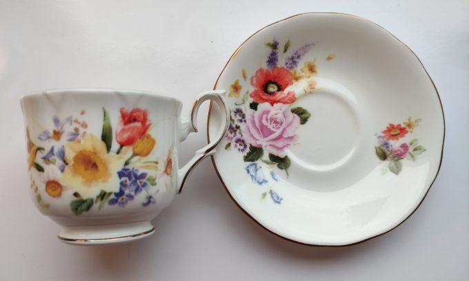 """Duchess. Made in England. Fine Bone China. Thee kop en schotel. Mooi op schrift """"Lente"""". Prachtig bloemenmotief. 2"""