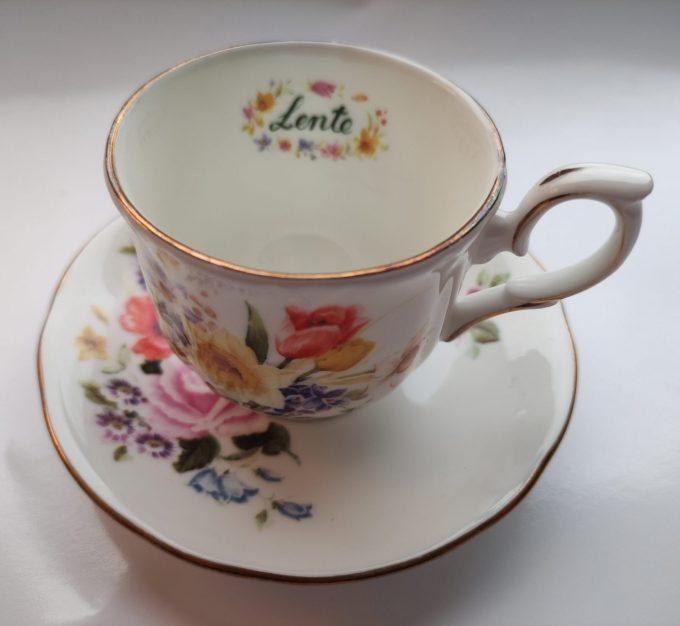 """Duchess. Made in England. Fine Bone China. Thee kop en schotel. Mooi op schrift """"Lente"""". Prachtig bloemenmotief. 1"""