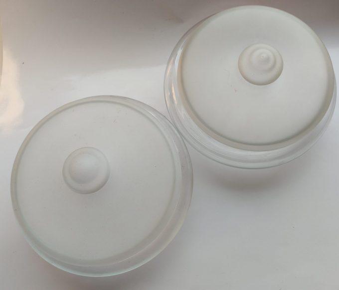Leerdam Glasfabrieken. Ontwerp Floris Meydam ca (1960)  en J.J. Boon. (ca 1930). Glazen koekjesschaal met deksel. Per set van 2 1