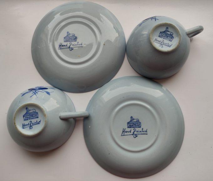 Petrus Regout & Co Maastricht. Made in Holland. Thee kop en schotel blauw met bloemmotief. . Handpainted B en D.  Per set van 2 3