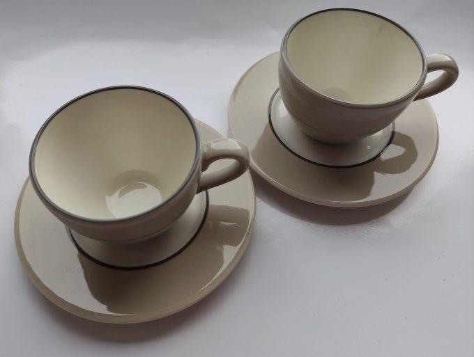 P (Pagnossin)? Made in Italy. Koffie kop en schotel. Creme wit. Per set van 2 2