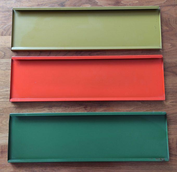 Tomado. Ontwerp Adriaan Dekker ca 1958. Boekenrek met 2 staanders zwart en drie planken. Oranje, Lichtgroen, Donkergroen. 3